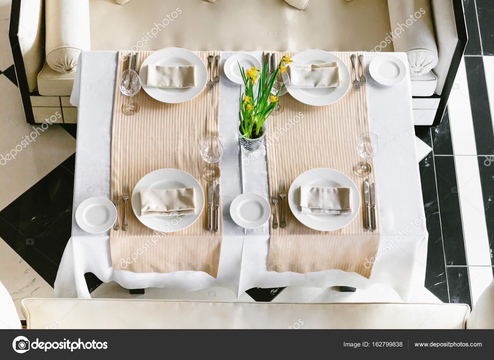 Stilvolle, weiße Esstisch festlich und Sofas. Minimalistische ...