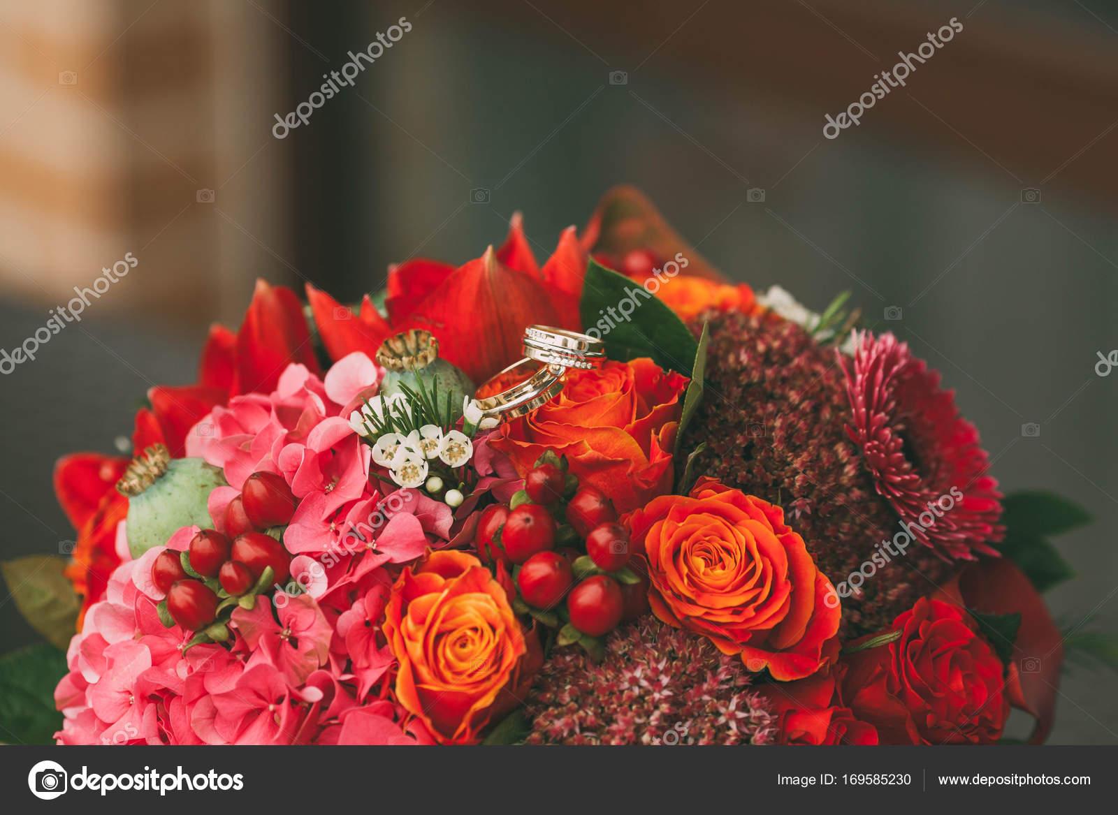Trauringe Auf Das Leuchtend Rote Hochzeit Bouquet Mit Orange Purpur
