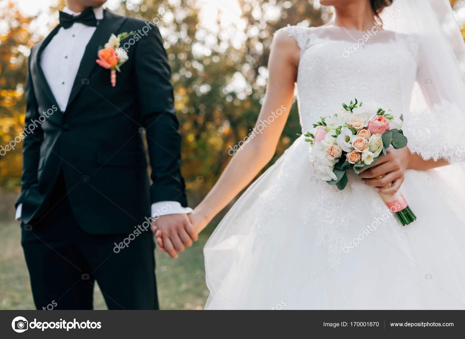 Hochzeit Bouquet. Verschwommene Braut mit in ein weißes Kleid und ...