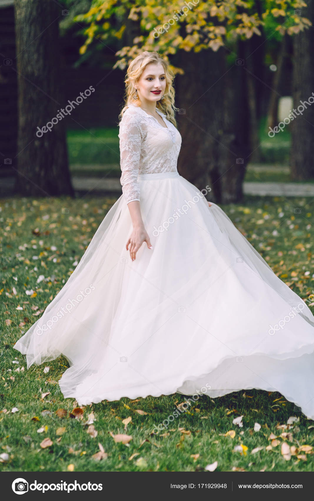 Die schöne Braut dreht sich um sich selbst im Tanz. Lächelnde Frau ...