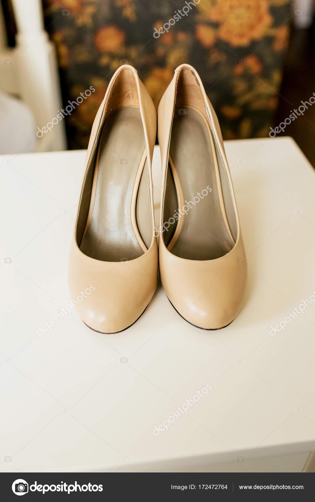 ottima vestibilità nuovo stile prezzo incredibile Scarpe beige sulla scia di una sposa su una superficie di ...