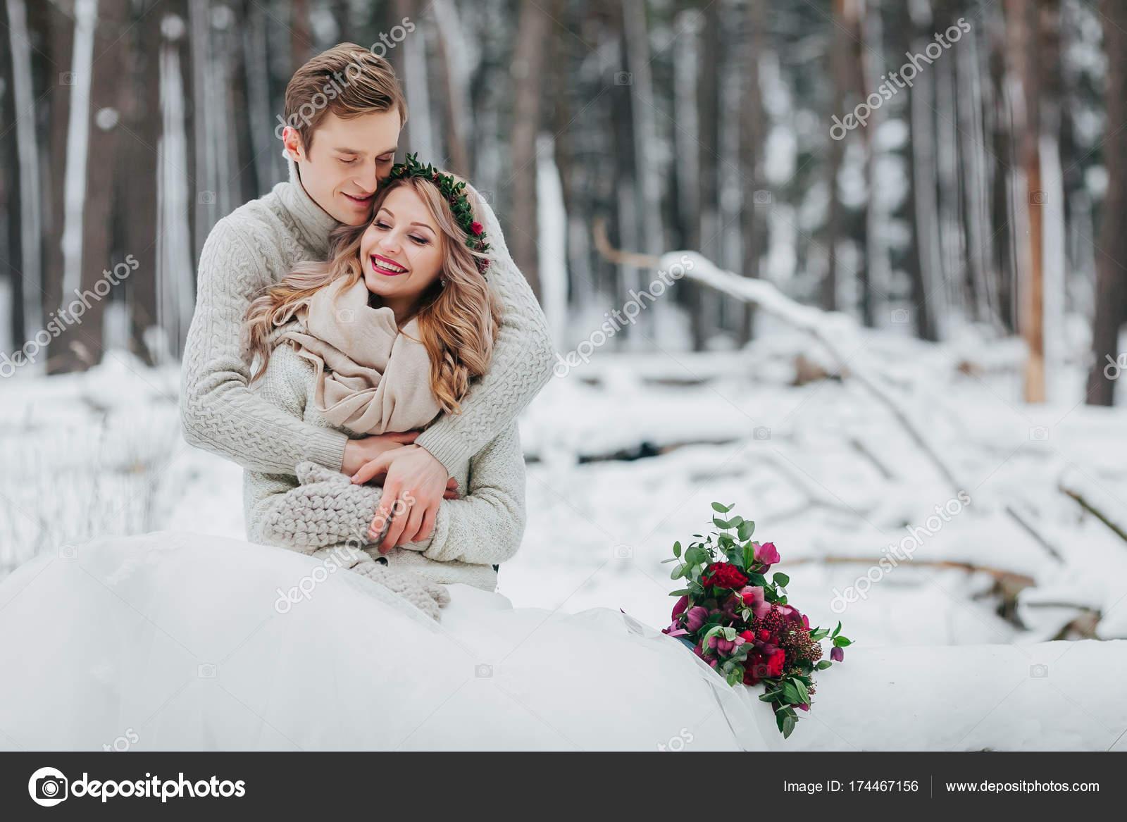 Narzeczeni Są Przytulanie W Zimowym Lesie Szczelnie Do Góry ślub