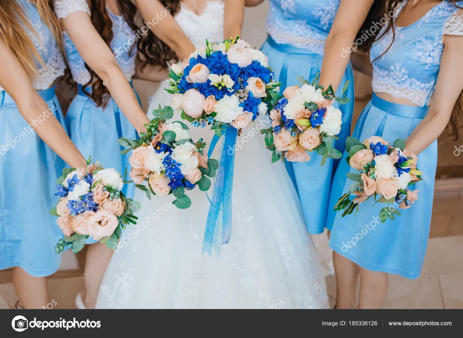 Turquoise Jurk Bruiloft.Mooie Bruidsmeisjes In Een Turquoise Jurken En Bruid Holding