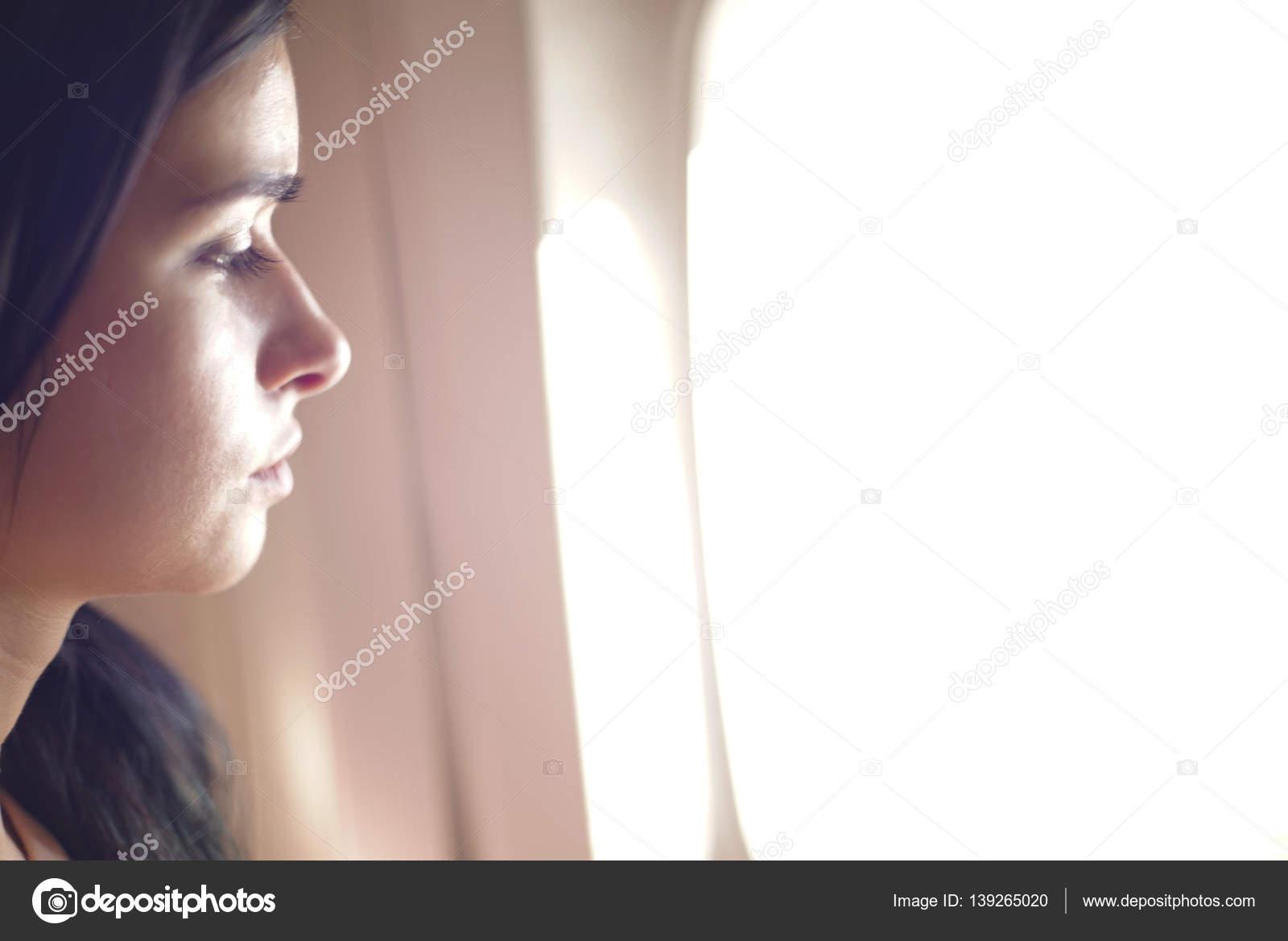 Фото красивая девуша смотряшая в окно фото 691-656