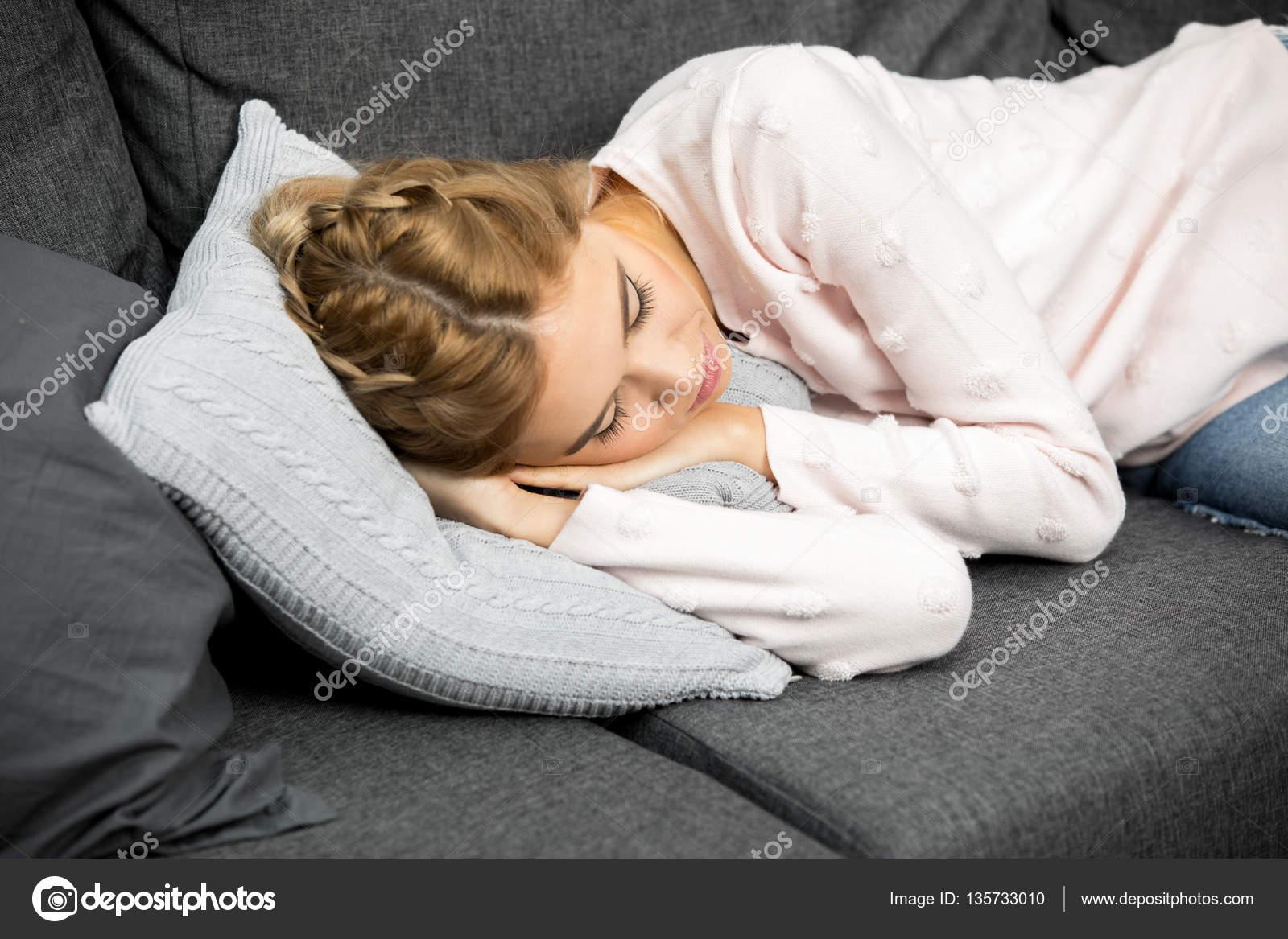 Трахнул красивую сестру пока она спала, У брата и сестры одна комната на двоих - видео ролик 13 фотография
