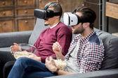 Männer mit Virtual-Reality-Brille