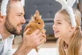 Otec a dcera hraje s králíčkem
