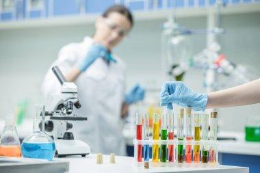 Kadın bilim adamları laboratuarda