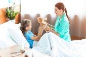 Dívka a zdravotní sestra v nemocnici