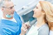 zubař ukazuje model čelisti