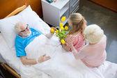 Großmutter und Enkelin besuchen Patienten