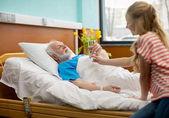 Großvater und Kind im Krankenhaus
