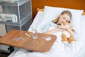 Fotografie Kleines Mädchen im Krankenhausbett