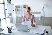 vážnou podnikatelka, práce s dokumenty