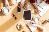 Fényképek nő ül a digitális eszközök