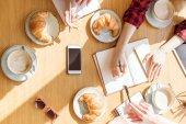 Fényképek nő ül a kávészünet