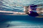 Unterwasserbild einer jungen Schwimmerin beim Training im Schwimmbad