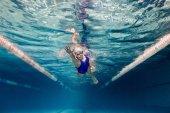 podvodní obrázek plavkyně v plavání oblek a brýle tréninky v bazénu