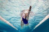 Fotografie podvodní obrázek plavkyně v plavání oblek a brýle tréninky v bazénu