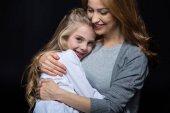 Matka a dcera objímají