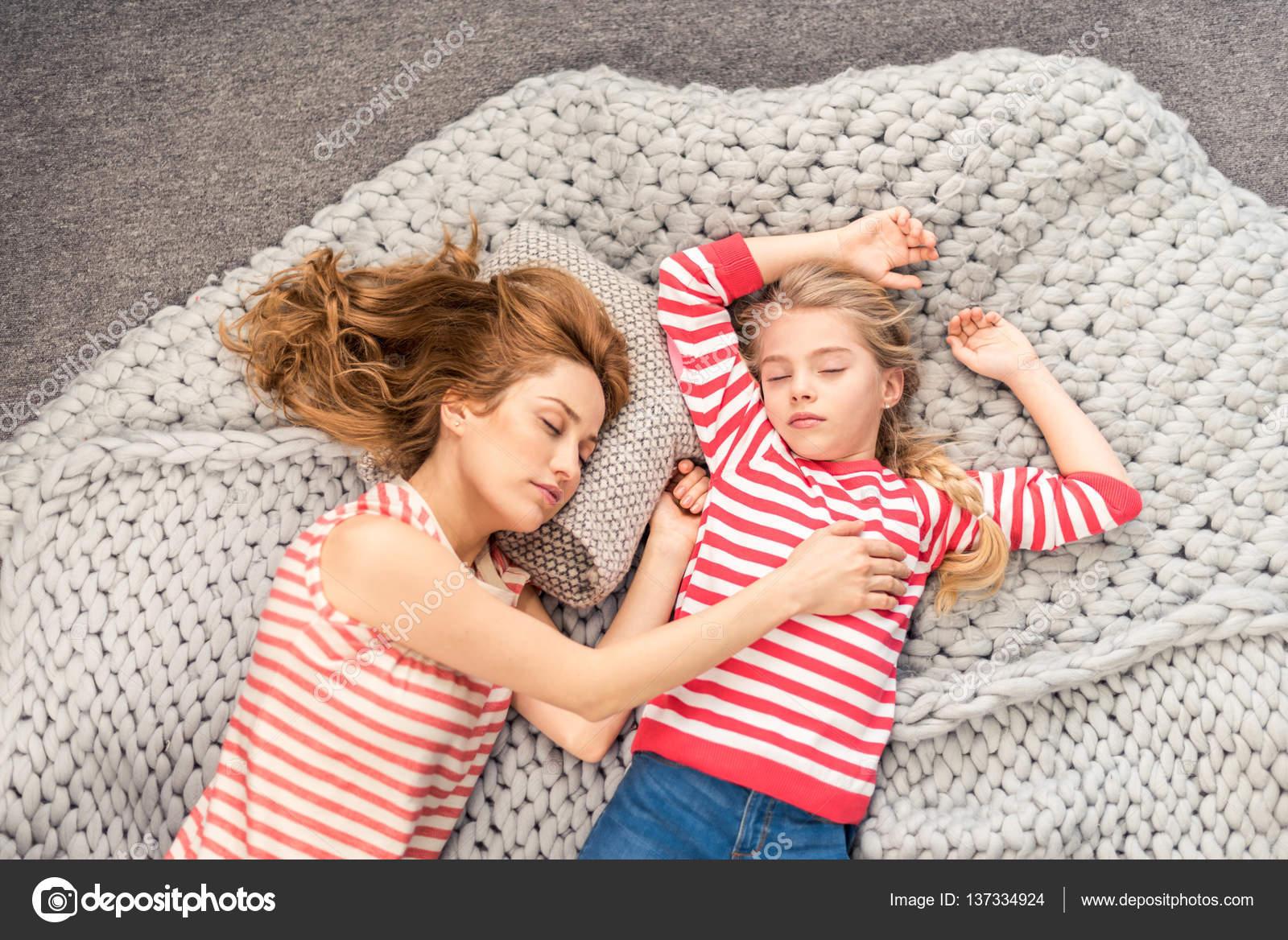 Усыпил мату и, Подлил снотворного русской мамаше и отодрал ее спящую 21 фотография