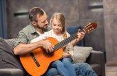 otec a dcera hrát na kytaru