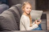 Mädchen spielt mit Rubik s Cube