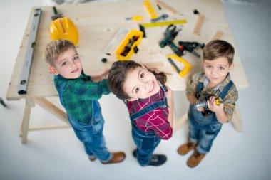 Araçları ile mutlu çocuklar