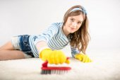 Fotografie Frau, die Teppich reinigt