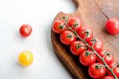 Tomaten und Schneidebrett
