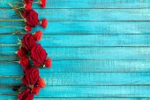 Photo red roses on table