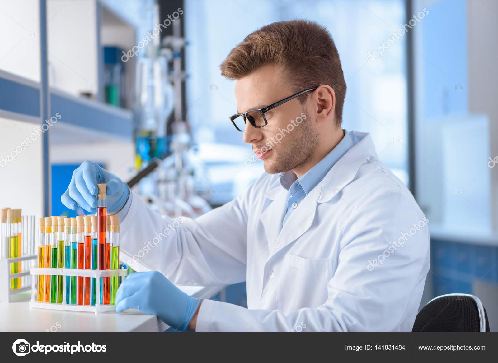 Científico Con Tubos De Ensayo