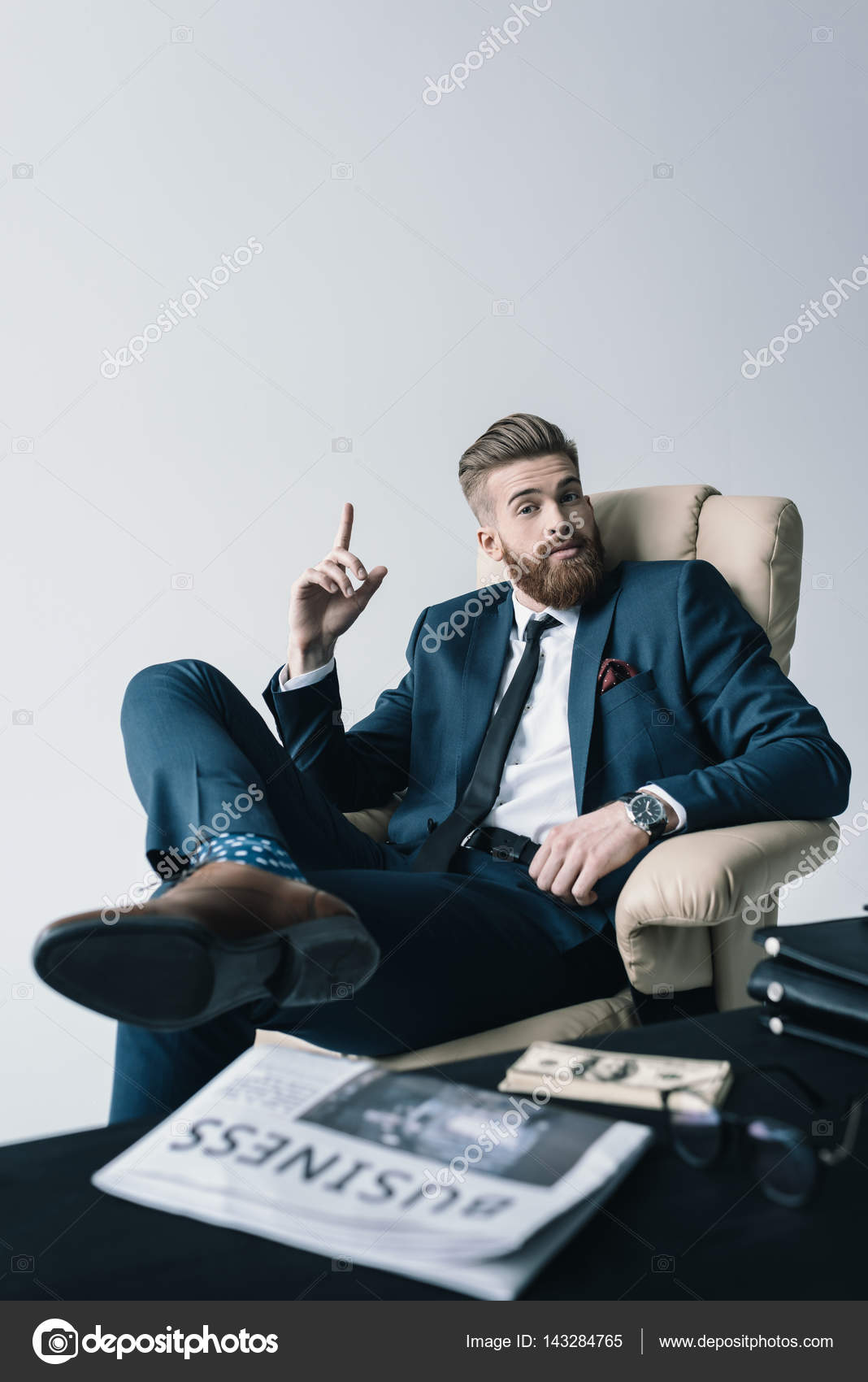 Empres rio sentado na poltrona stock photo for Sitting in armchair