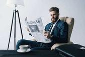 Fotografie podnikatel čtení noviny