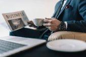 podnikatel čtení noviny