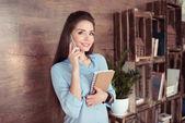 atraktivní podnikatelka pomocí smartphonu