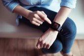 Frau mit Smartwatch am Handgelenk