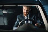 Fotografie Muž sedící v novém autě
