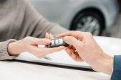 Vevő és eladó autó kulcs