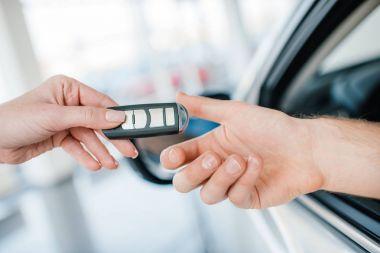 Müşteri ve satıcı ile araba anahtar