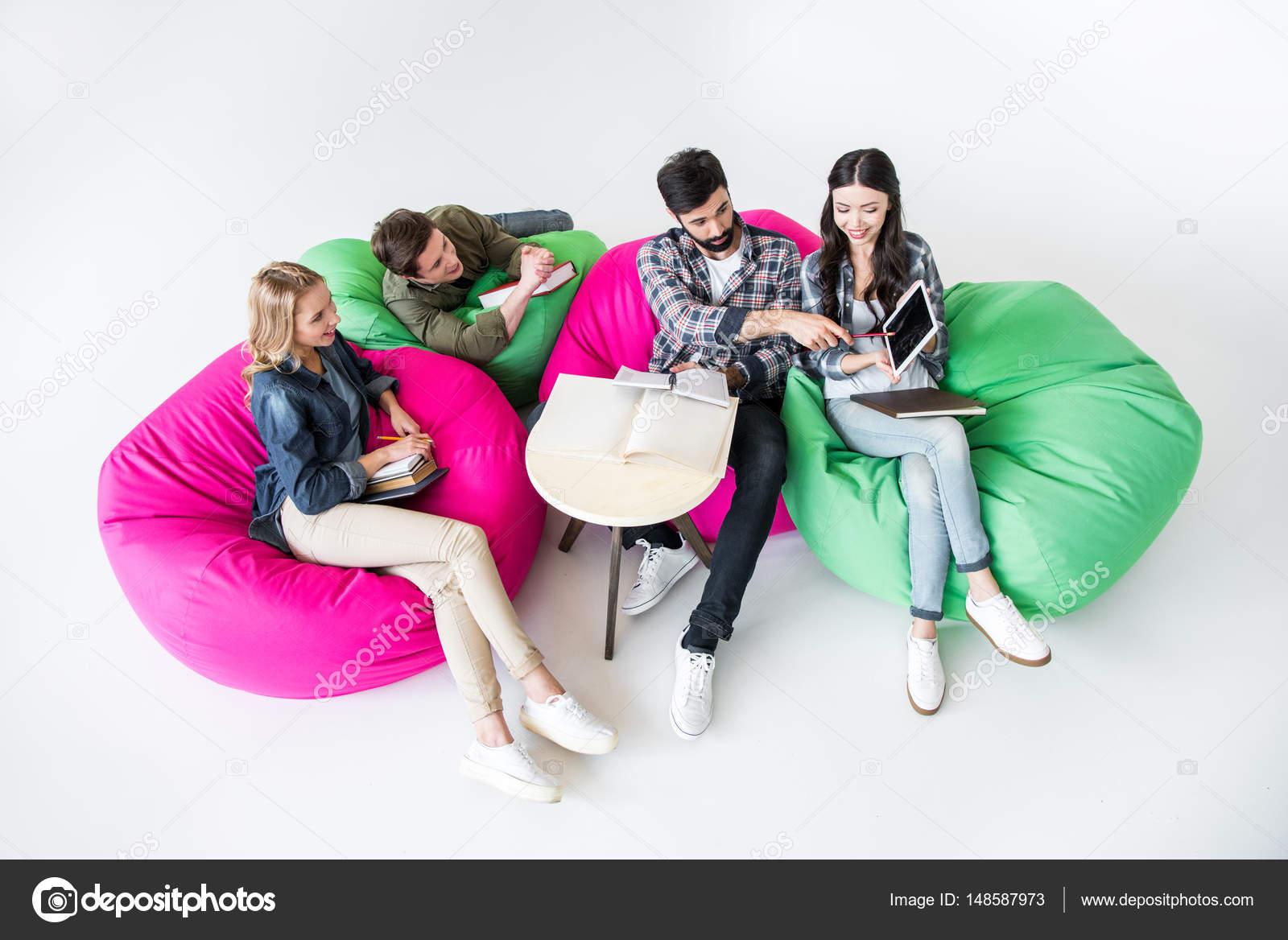 Superb Alunos Sentados Nas Cadeiras Do Saco De Feijao Stock Photo Gmtry Best Dining Table And Chair Ideas Images Gmtryco