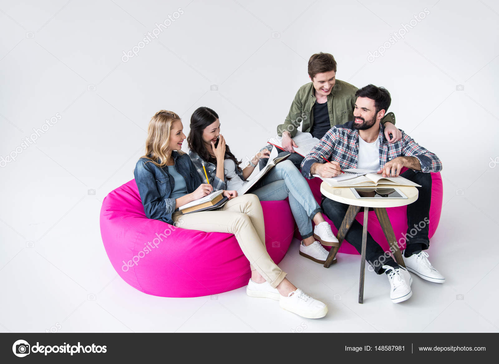 Cool Alunos Sentados Nas Cadeiras Do Saco De Feijao Stock Photo Gmtry Best Dining Table And Chair Ideas Images Gmtryco