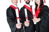 Spokojenými studenty s diplomy