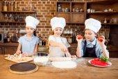 Fotografie Kinder Pizza backen