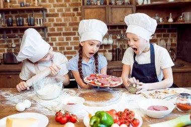 kids making pizza