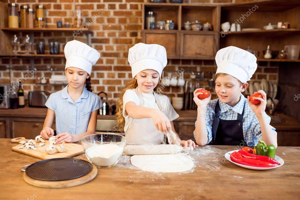 children making pizza