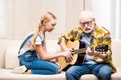 Großvater und Enkelin mit Gitarre