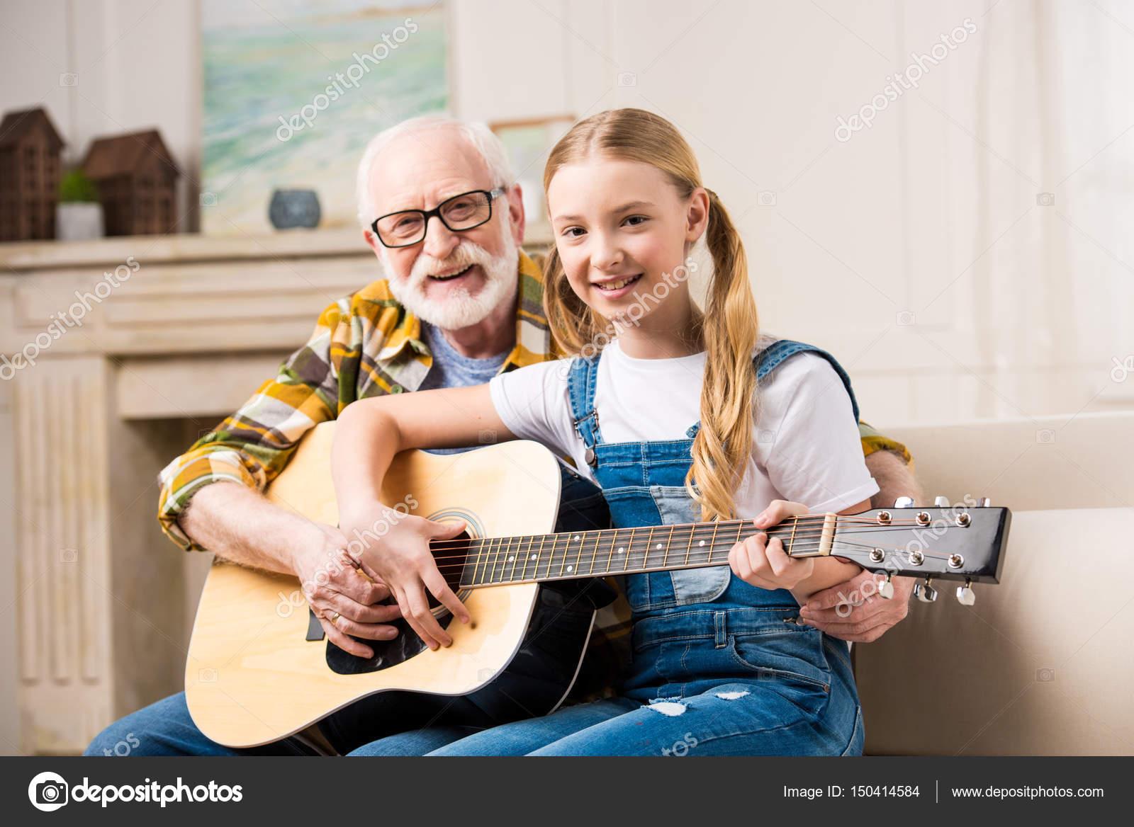 Дед с внучкой на диване фото 85-62