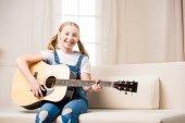 dívka hraje kytara
