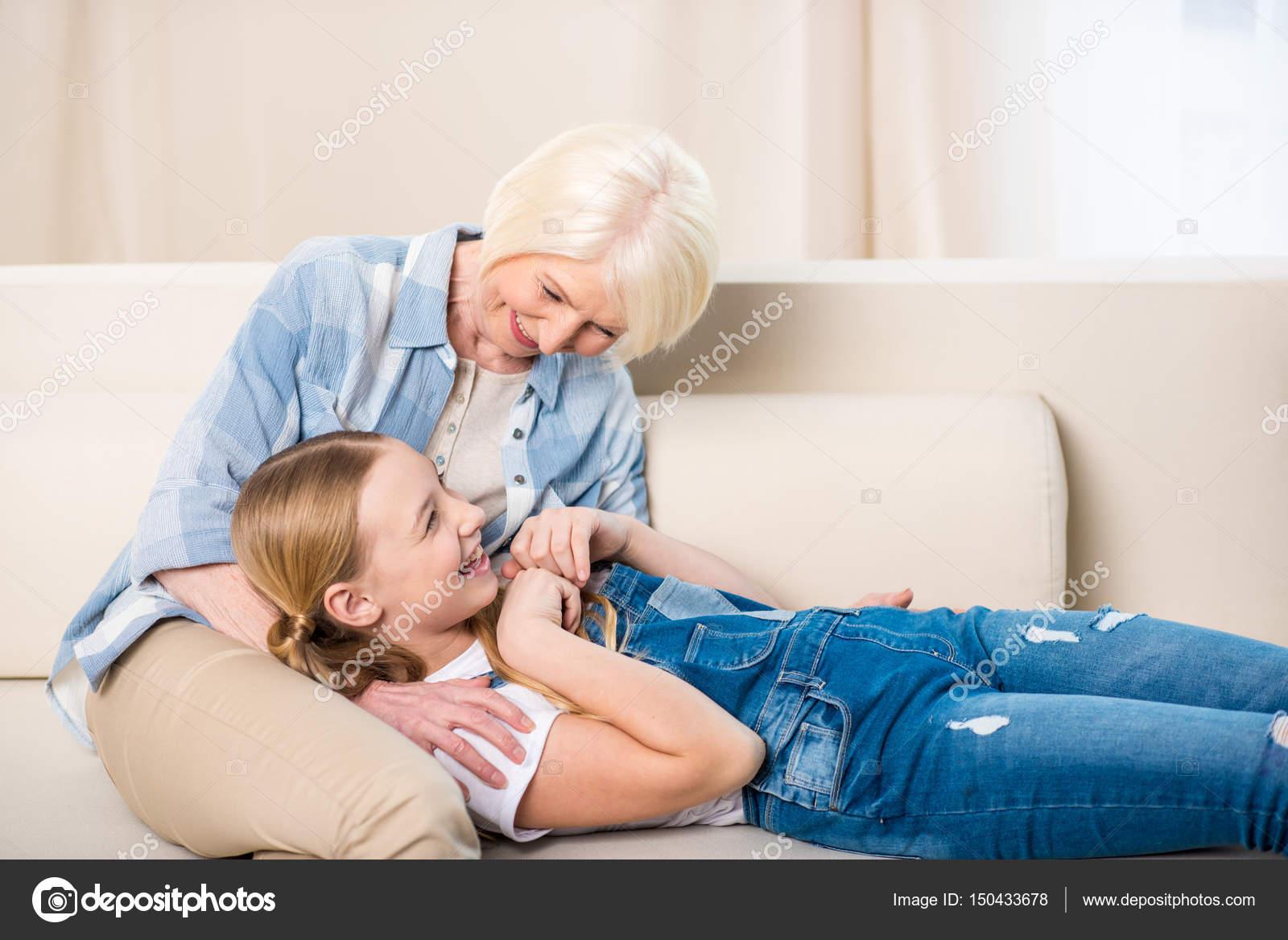внучка и дед ласкаются